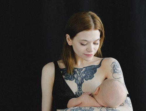 mama karmiąca dziecko piersią